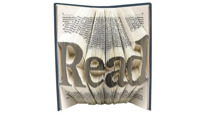 """Charlotte Brontës junge Heldin war beim Blättern in einem Buch glücklich wie selten. Diese speziell dafür vorbereitete Ausgabe von """"Jane Eyre"""" lässt sich nach der Lektüre so falten, dass – wahlweise — eine Aufforderung oder eine Verlockung zu lesen ist."""