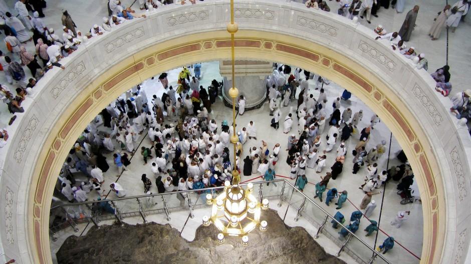 Pilger in der Großen Moschee von Mekka