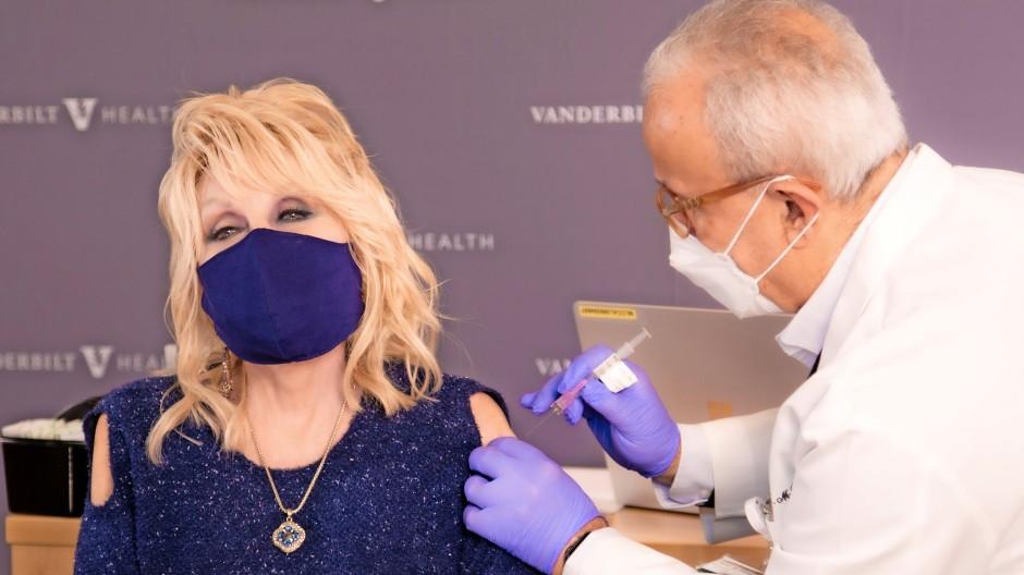 Cold shoulder: Dolly Parton kommt in einem anlassgerechten Kleid.