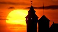 Idyllisches Nürnberg: Sonnenuntergang hinter der Kaiserburg