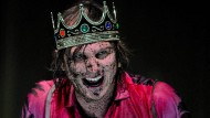 """Wenn Shakespeare auf das Regietheater trifft, ist das Ergebnis offen. Hier geht der Schauspieler Lars Eidinger bei einer """"Hamlet""""-Inszenierung in Athen aus sich heraus."""