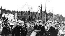 """Hitler besichtigt die zerstörte Westerplatte vor Danzig. Hier eröffnete am 1. September um 4:45 Uhr das Schiff """"Schleswig-Holstein"""" das Feuer."""