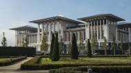"""Topkapi à la Hollywood, geschaffen von rückwärtsgewandten Großmachtträumen: Erdogans """"Weißer Palast"""" in Ankara, umgeben von symmetrischem Ziergrün als Ersatz für ein vernichtetes Naturschutzgebiet."""
