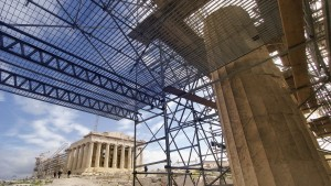 Kunst im Bau: Vor den eingerüsteten Propyläen der Athener Akropolis fällt der Blick auf den Parthenon, der in einigen Jahren vollständig restauriert sein soll.