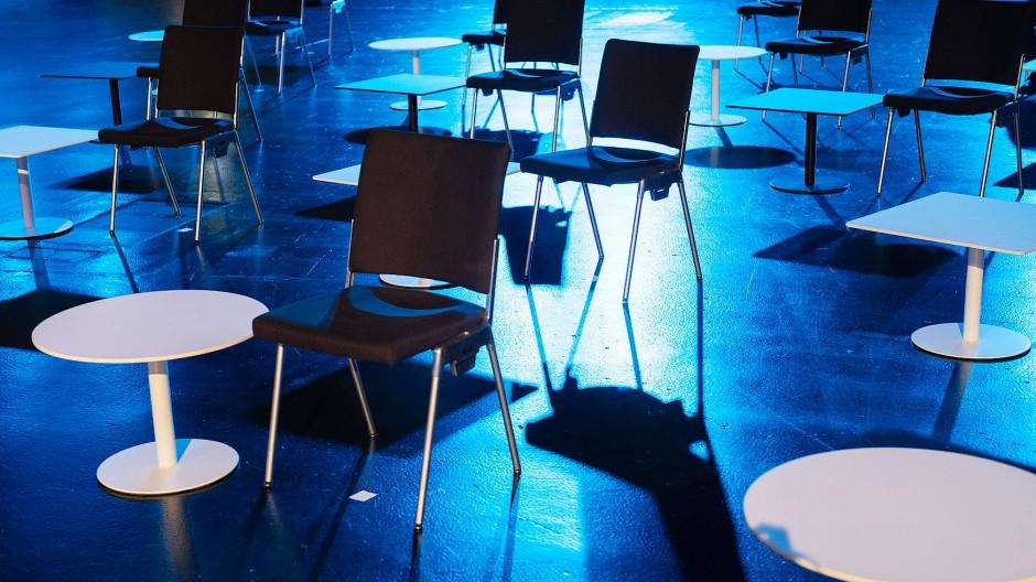 Die äußere Leere der Buchmesse als Manifestation der inneren Leere der Buchmesseabstinenten in aller Welt: Vor der ARD-Messebühne in der Festhalle.