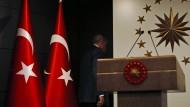 Nach einer Ansprache zu den Kommunalwahlen verlässt der türkische Staatspräsident Recep Tayyip Erdogan am Sonntag in Istanbul die Bühne.