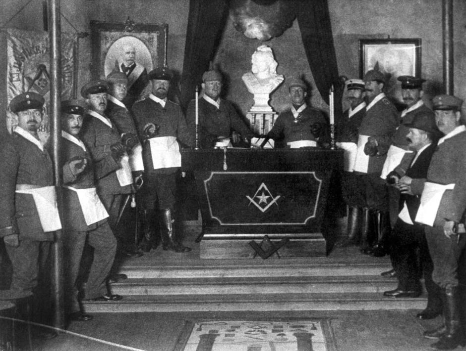 """Freimaurer der Feldloge """"Zum aufgehenden Licht an der Sonne"""" während des Ersten Weltkriegs im Jahr 1916 an der Westfront in St. Quentin."""