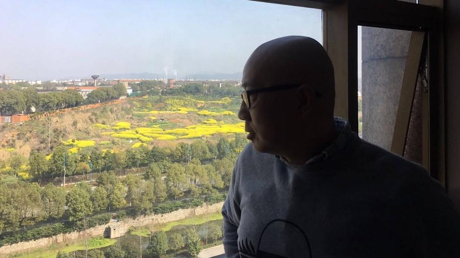 Mit innerer Distanz und Abgrenzung gegen den Koller: Han Dong blickt nach draußen.