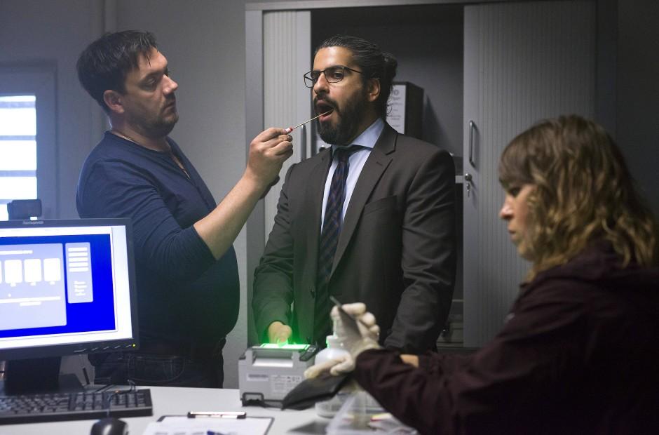 Eine unwahrscheinliche Figur: Der Verdächtige Karim Jandali (Atheer Adel) bei einer Speichelprobe.