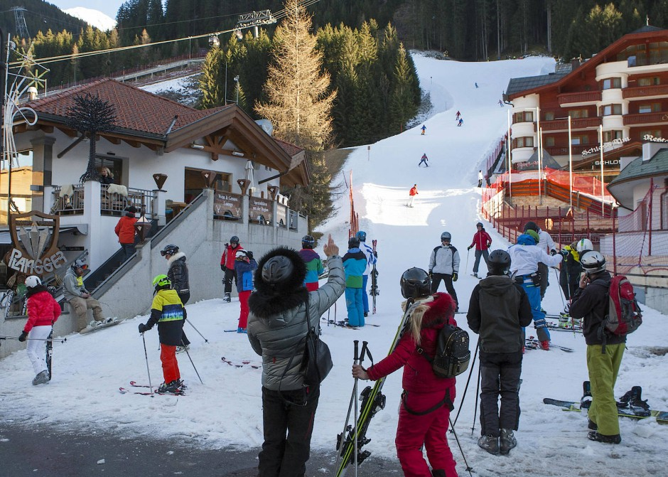 Seit dieser Saison ist es verboten, nach acht Uhr abends mit Skischuhen durch den Ort zu stapfen, eine Notverordnung zum Schutz des Dorffriedens und der Skifahrer selbst, die von einem eigens engagierten Wachdienst rigoros durchgesetzt wird und für deutlich mehr Zivilisiertheit gesorgt hat.