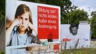 Die Botschaften von Wahlplakaten sind oft etwas einfach gehalten, ihre Versprechungen machen Politiker in Wahlprogrammen und in ihren Reden: an einer Straße in Hannover einen Monat vor der Bundestagswahl.