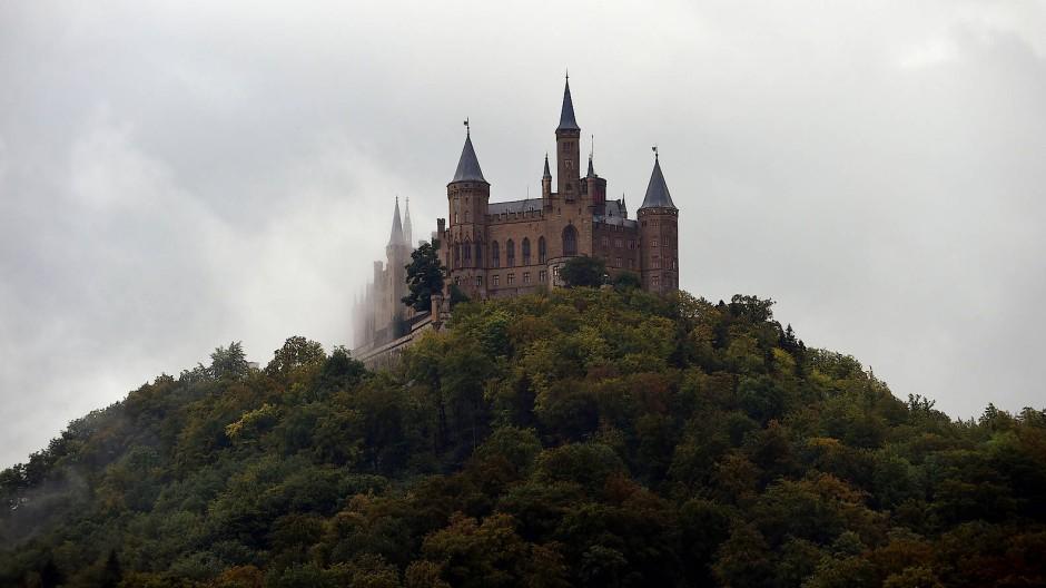 Ein Adelssitz im Zwielicht: die Burg Hohenzollern bei Hechingen in Baden-Württemberg