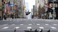Taube fliegen über die menschenleere 5th Avenue