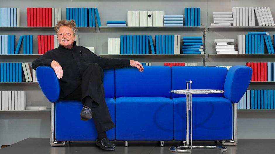Wulf Schneider auf dem von ihm entworfenen Blauen Sofa