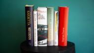 Sechs Bücher, sechs Verlage: die Shortlist-Titel in der Rückenansicht