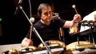 Das sieht man nicht alle Tage: Der Pianist Pierre-Laurent Aimard am Schlagzeug - gleich wird er schmunzeln.