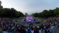 """An Neugier aufs Fremde gebricht es nicht im sich stets nationalistischer gebärdenden Europa: Blick auf die Bühne des """"Krokodil""""-Festivals in Belgrad."""