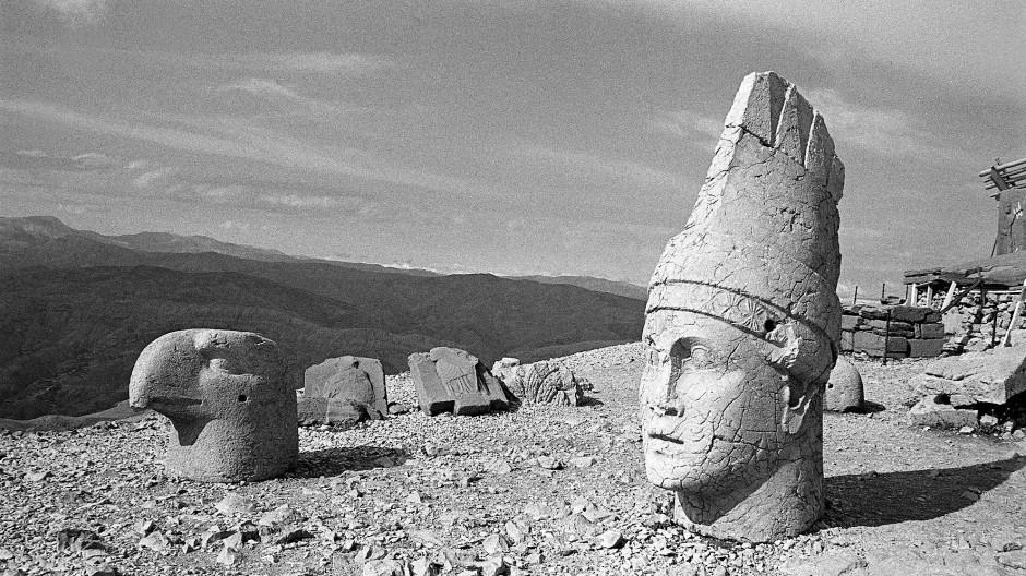 Köpfe, menschenhoch, heruntergefallen von ihren Körpern: Adlerstandbilder bewachten früher die Götterstatuen von Nemrud Dagi.