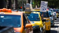 """Let's all play by the same rules"": Ein Taxifahrer protestiert gegen Uber und Co."