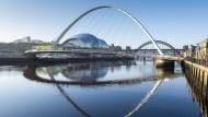 Das Symbol des neuen Newcastle: Die Gateshead Millenium Bridge über den Fluss Tyne verbindet die Stadt mit der Konzerthalle The Sage Gateshead und kann bei Bedarf gekippt werden, um größeren Schiffen Platz zu machen.