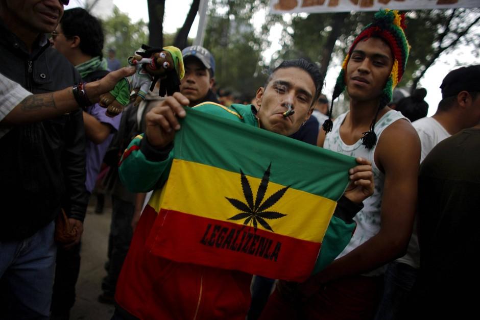 Ein Legalisierungsbefürworter in Mexiko-Stadt, der einen Joint raucht.