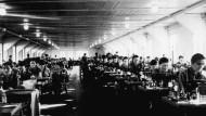 Häftlinge bei der Arbeit in der Schneiderei des Frauen-KZ Ravensbrück
