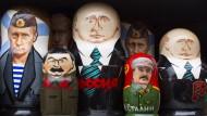 Verzerrte Perspektiven verstehen sich von selbst: Die Moskauer Andenkenläden wissen, was sich zum Ruhme des Landes gut verkaufen lässt.