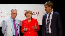 Die Kanzlerin mit den Journalisten Frank A. Meyer (links) und Christoph Schwennicke (rechts) vor Beginn des Gespräches.