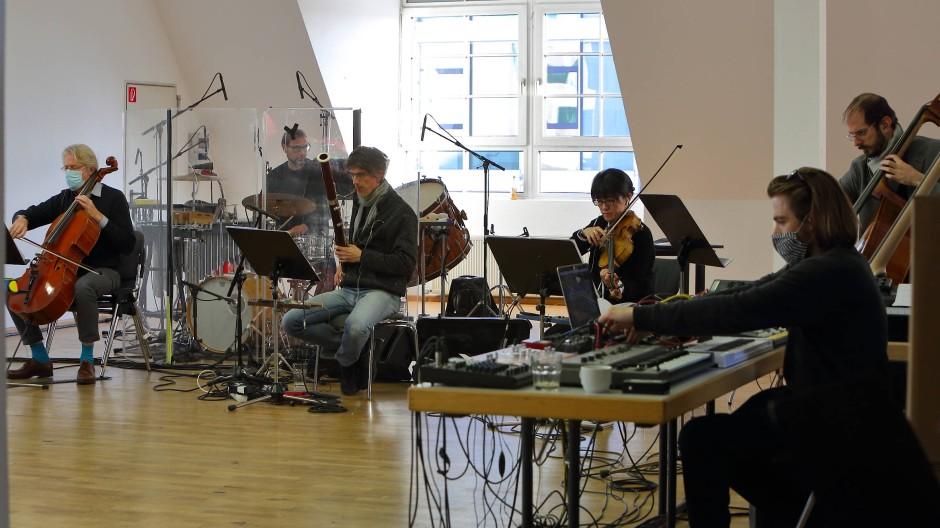 Musiker des Ensemble Modern bei Konzertproben am 21. November 2020 in Frankfurt am Main