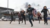 """Jetzt aber flott: Die von Chris Evans als Captain America (vorne) angeführte Truppe in einer Szene aus """"The First Avenger: Civil War""""."""