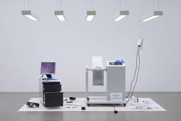 So macht man Dinge kaputt: Dani Ploegers Apparatur setzt Elektrogeräte einem wiederholten Absturz aus.