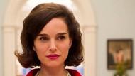 """Der rosafarbene Zweiteiler ist vom Präsidentenblut noch unbefleckt: Natalie Portman in Pablo Larrains """"Jackie""""."""