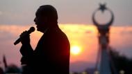 Recep Tayyip Erdogan hält vor dem Präsidentenpalast in Ankara eine Rede.