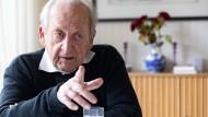 Theater muss schon etwas mit dem Kopf zu tun haben: Der unverzichtbare Günther Rühle in seinem Wohnhaus in Bad Soden