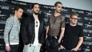 """Wie immer gut frisiert: Die Band Tokio Hotel zur Feier ihres kommenden Albums """"Kings of Suburbia"""" - extra vor ihrem eigenen Banner"""