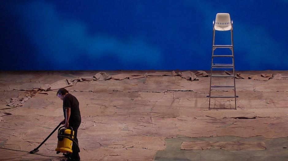 Wollen die deutschen Theater nicht demnächst an ihrem kunstvoll aufgewirbelten Staub ersticken, müssen sie sich besser um ihn kümmern: Bühnenarbeiter im Dienst