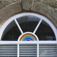 Würde Wordsworths Herz hier Sprünge machen? In England ist die Stimmung düster, obgleich in vielen Fenstern Kinderzeichnungen von Regenbogen hängen.