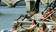 Frivoles Sommertheater: am Strand der Seine