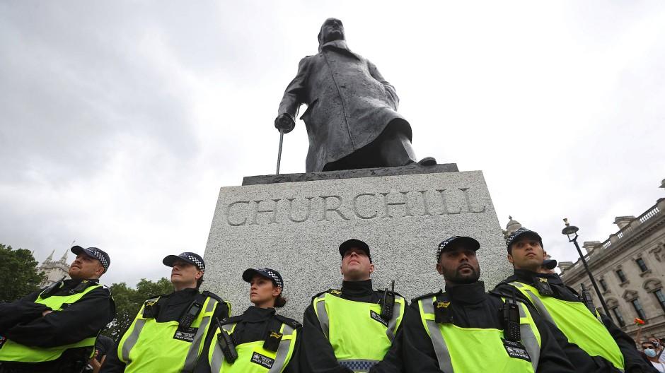 Polizeischutz für die Churchill-Statue in London