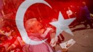"""""""Nein"""" zur Verfassungsänderung: Anhänger der größten türkischen Oppositionspartei CHP werben am Freitag in Istanbul für """"Hayir""""."""