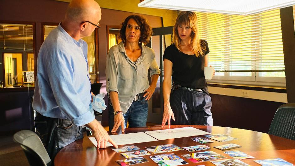 Auch irgendwie dabei: Peter Becker (Peter Espeloer), Lena Odenthal (Ulrike Folkerts) und Johanna Stern (Lisa Bitter, rechts) rekonsturieren den Tathergang.