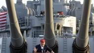 Als Präsident hätte er nicht nur die Drillingstürme dieses Schlachtschiffs hinter sich: Donald Trump im September 2015 bei einer Wahlkampfveranstaltung an Bord der USS Iowa im Hafen von Los Angeles.