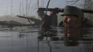 Immer tiefer hinein in die Urkatastrophe: Der k.u.k. Soldat Karl Kasser (David Oberkogler) durchquert einen Sumpf.