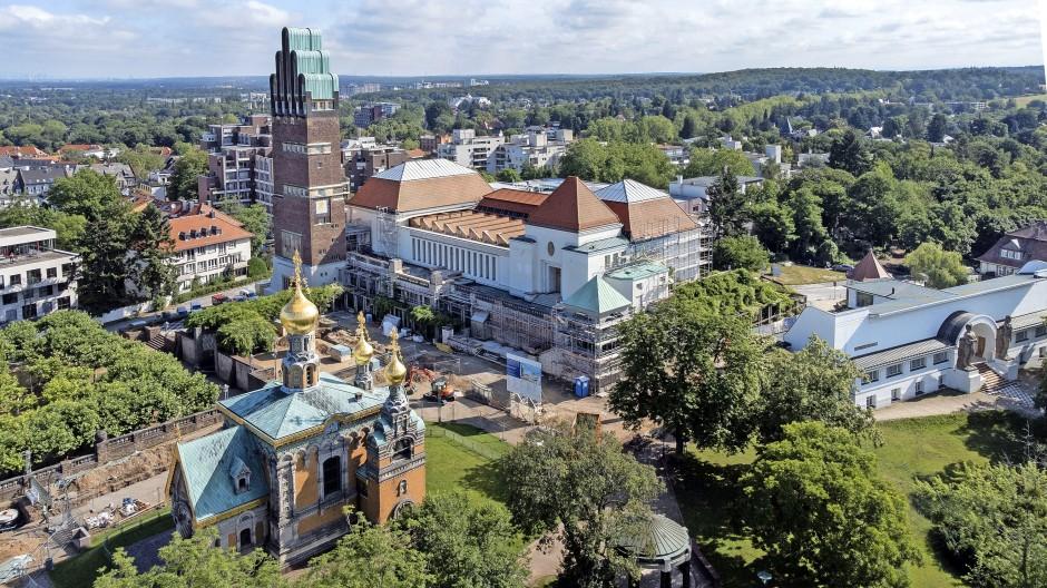 Blick auf die Mathildenhöhe mit Hochzeitsturm, Ausstellungsgebäude und Russischer Kirche.