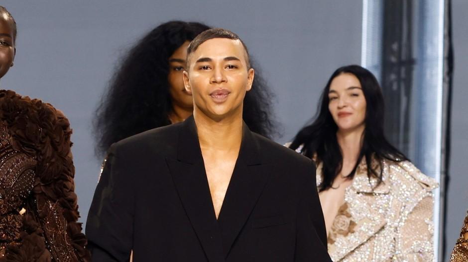 Der Designer Olivier Rousteing erscheint mit Models am Ende der Show für Balmain während der Pariser Modewoche in Paris.