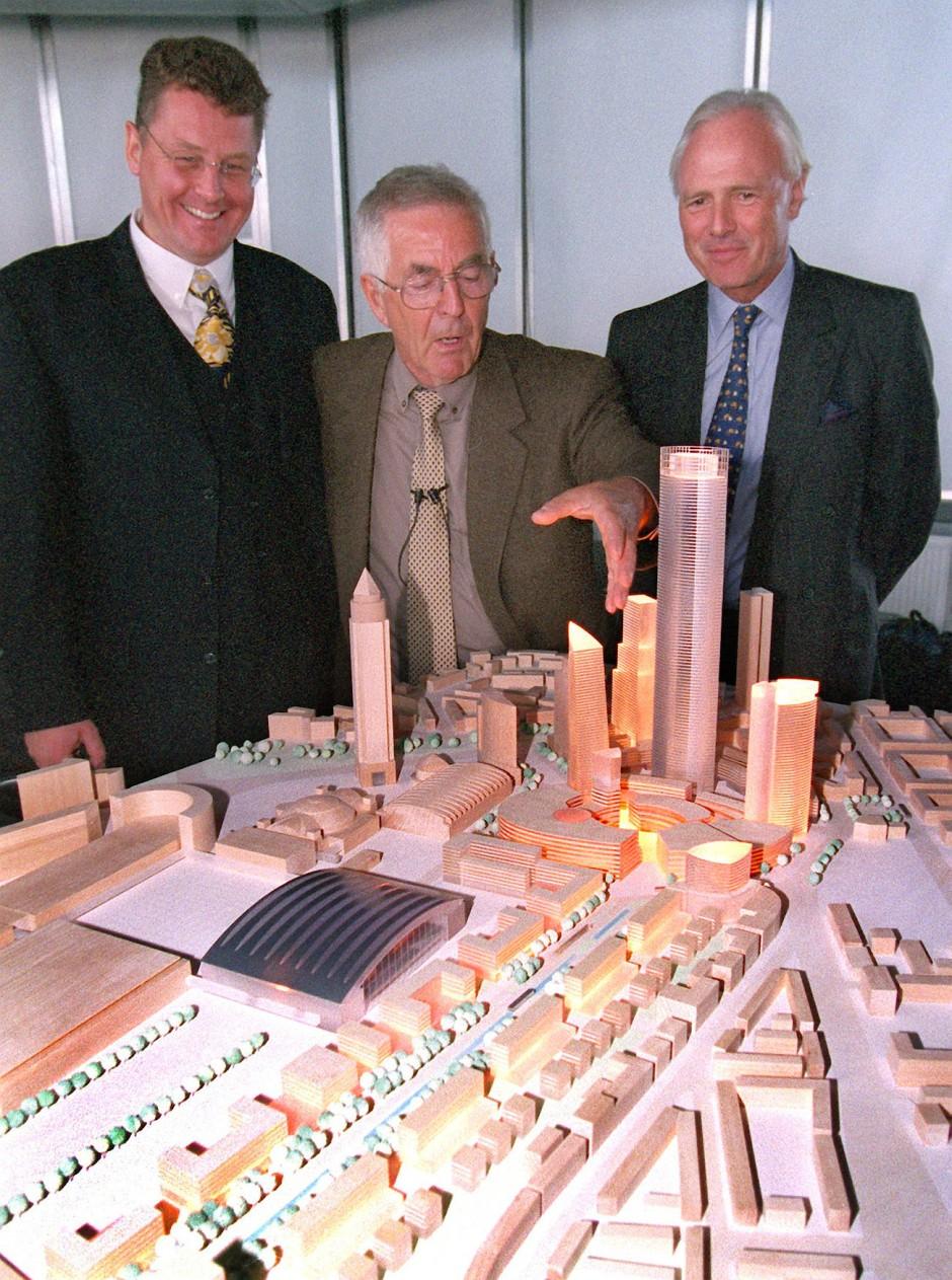 Albert Speer (Mitte) im August 1999 mit seinem Modell für die Bebauung des Geländes des ehemaligen Güterbahnhofs in Frankfurt
