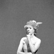 """Trotz allem, ein glücklicher Tag: Jutta Lampe als Winnie in Edith Clevers Inszenierung von Becketts """"Glückliche Tage"""" aus dem Jahr 2002 am Berliner Ensemble"""