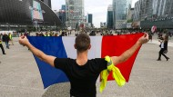 """Auf ihn und seine Mitstreiter antwortet Macron mit seinem """"Grand Débat National"""": Demonstrant im Pariser Stadtteil La Défense"""