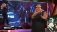 Gebärdendolmetscher singt sich in Schwedens Herzen