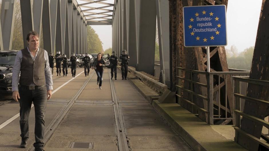 Lena Odenthal eilt Kopper beim Einsatz auf der Rheinbrücke zu Hilfe.